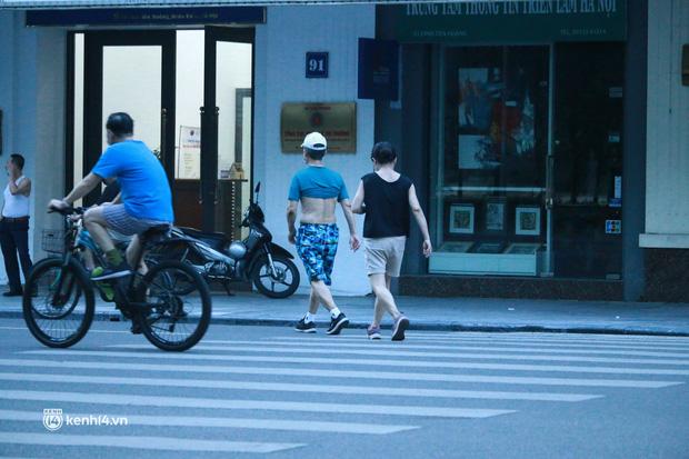 Hà Nội: Sáng sớm 21/9, nhiều người vẫn  ra đường tập thể dục dù quy định mới chưa cho phép - Ảnh 5.