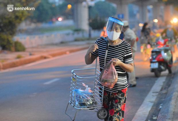Ảnh: Hà Nội vừa nới lỏng giãn cách xã hội, người dân ra đường từ tờ mờ sáng, chợ dân sinh tấp nập người mua kẻ bán - Ảnh 6.