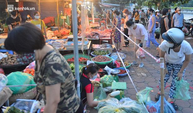 Ảnh: Hà Nội vừa nới lỏng giãn cách xã hội, người dân ra đường từ tờ mờ sáng, chợ dân sinh tấp nập người mua kẻ bán - Ảnh 7.