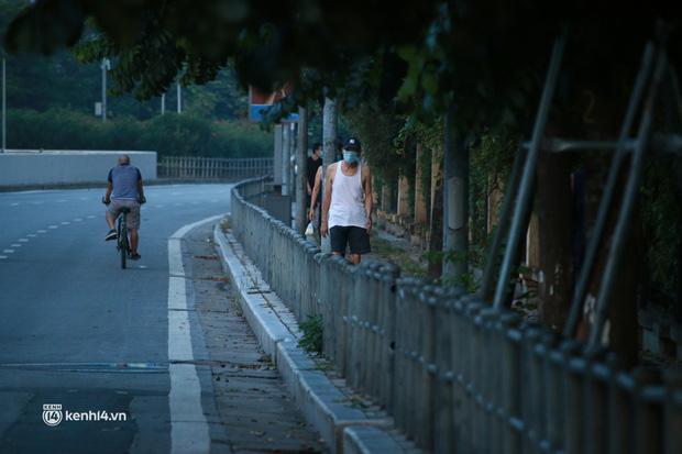 Hà Nội: Sáng sớm 21/9, nhiều người vẫn  ra đường tập thể dục dù quy định mới chưa cho phép - Ảnh 8.