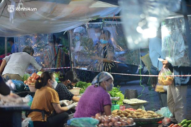 Ảnh: Hà Nội vừa nới lỏng giãn cách xã hội, người dân ra đường từ tờ mờ sáng, chợ dân sinh tấp nập người mua kẻ bán - Ảnh 8.
