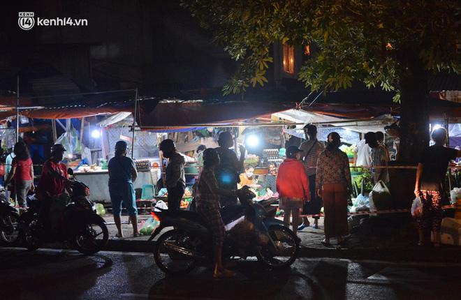 Ảnh: Hà Nội vừa nới lỏng giãn cách xã hội, người dân ra đường từ tờ mờ sáng, chợ dân sinh tấp nập người mua kẻ bán - Ảnh 10.