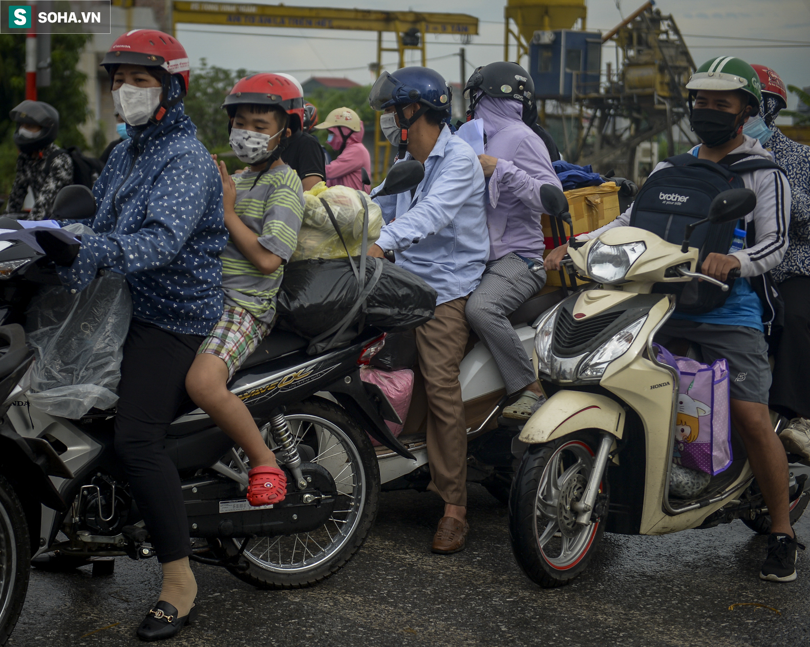 Đi xe máy hơn 1.500km ra Hà Nội, 2 bố con ăn ngủ tại chốt Cầu Giẽ chờ người đưa đi cách ly - Ảnh 2.
