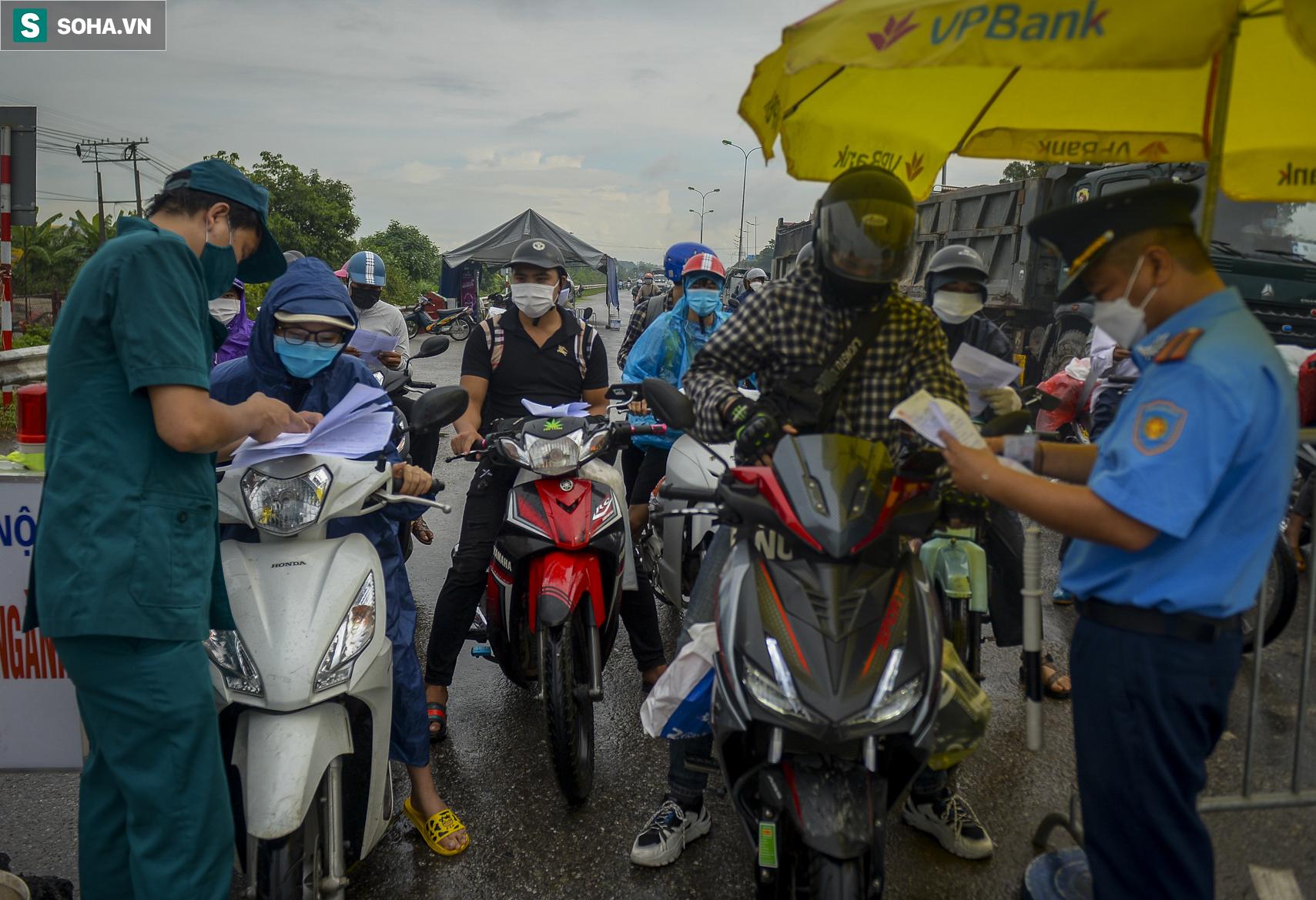 Đi xe máy hơn 1.500km ra Hà Nội, 2 bố con ăn ngủ tại chốt Cầu Giẽ chờ người đưa đi cách ly - Ảnh 1.