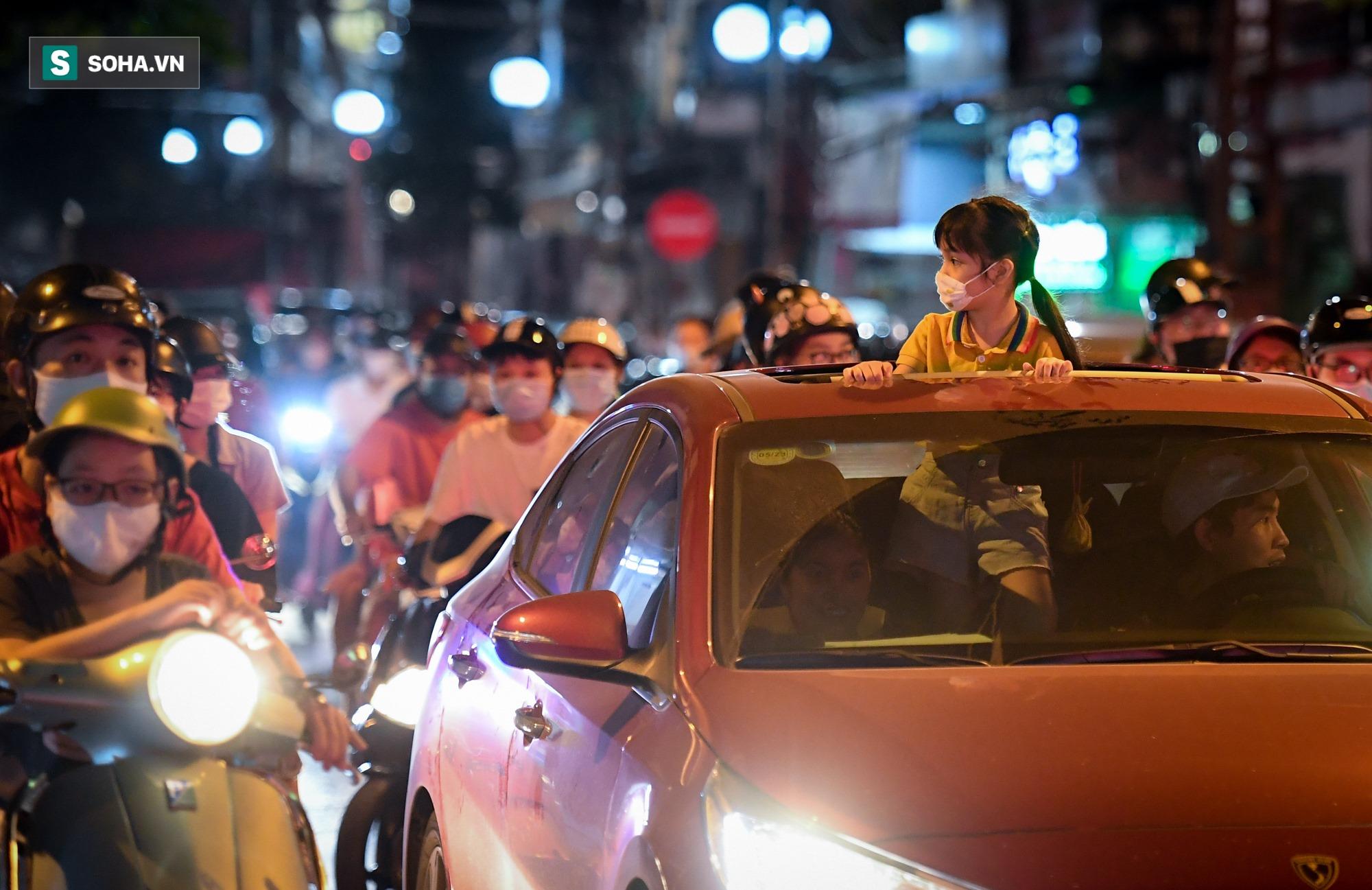 Dòng xe đông như hội nối đuôi nhau trên nhiều tuyến phố trung tâm thủ đô đêm Trung thu - Ảnh 3.