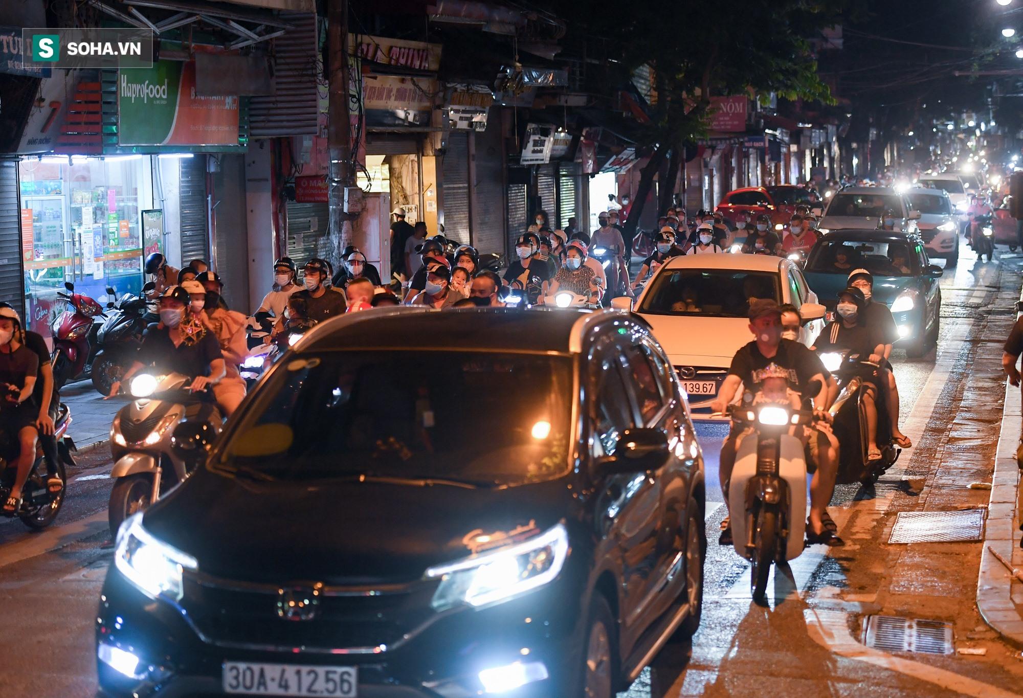 Dòng xe đông như hội nối đuôi nhau trên nhiều tuyến phố trung tâm thủ đô đêm Trung thu - Ảnh 1.
