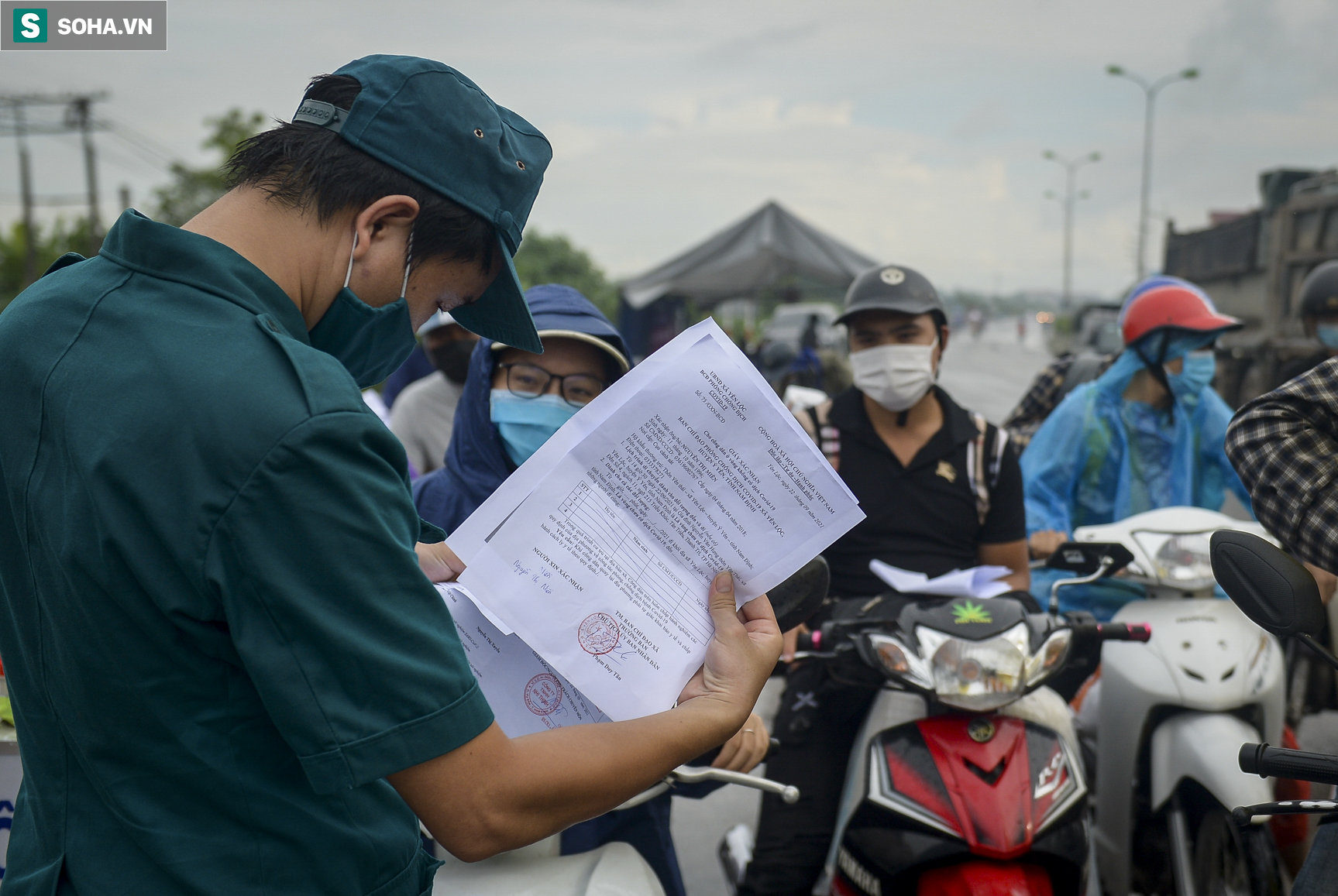 Đi xe máy hơn 1.500km ra Hà Nội, 2 bố con ăn ngủ tại chốt Cầu Giẽ chờ người đưa đi cách ly - Ảnh 3.