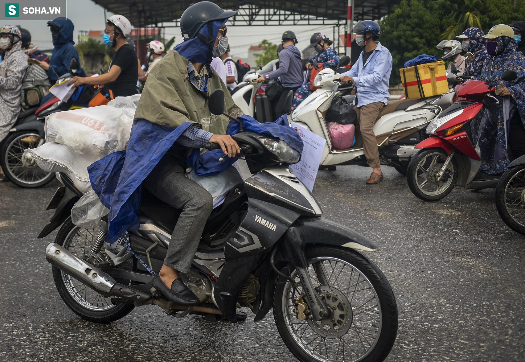 Đi xe máy hơn 1.500km ra Hà Nội, 2 bố con ăn ngủ tại chốt Cầu Giẽ chờ người đưa đi cách ly - Ảnh 6.