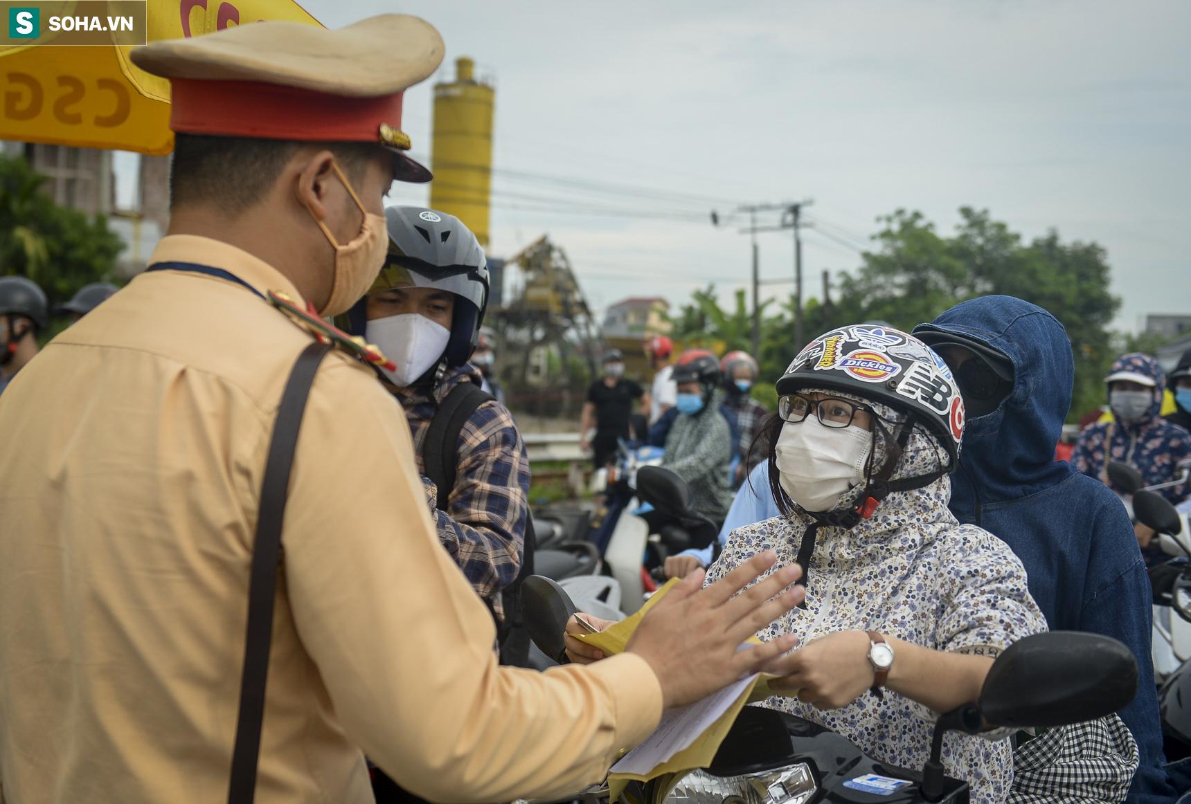 Đi xe máy hơn 1.500km ra Hà Nội, 2 bố con ăn ngủ tại chốt Cầu Giẽ chờ người đưa đi cách ly - Ảnh 7.