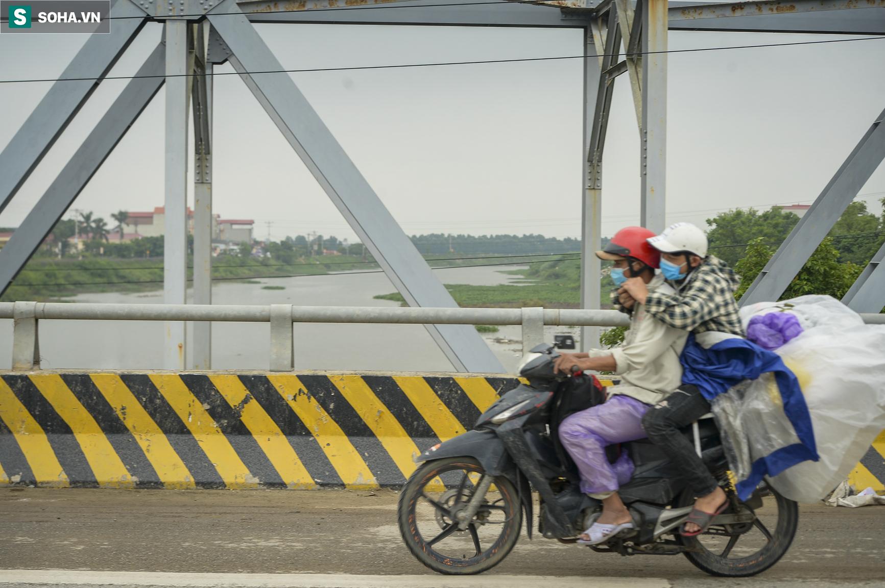 Đi xe máy hơn 1.500km ra Hà Nội, 2 bố con ăn ngủ tại chốt Cầu Giẽ chờ người đưa đi cách ly - Ảnh 12.