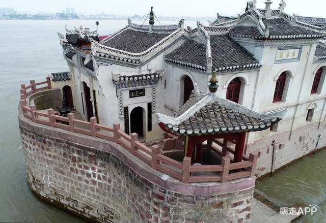 Ngôi chùa đứng vững giữa dòng sông dài nhất Trung Quốc, bất chấp đại hồng thủy suốt 700 năm: Bí mật gì bên dưới mặt nước? - Ảnh 1.