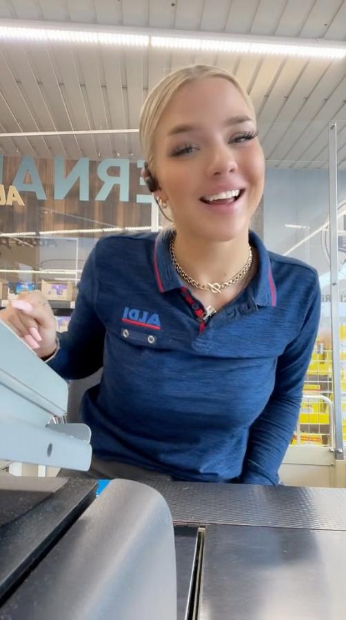 Cô thu ngân siêu thị nổi tiếng sau 1 đêm vì quá xinh đẹp nóng bỏng, khách tới tấp nập chỉ để ngắm nàng - Ảnh 3.