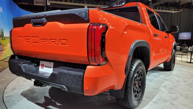 Đây là Toyota Tundra TRD Pro - Bán tải full đồ chơi đấu Ford F-150 Raptor - Ảnh 10.