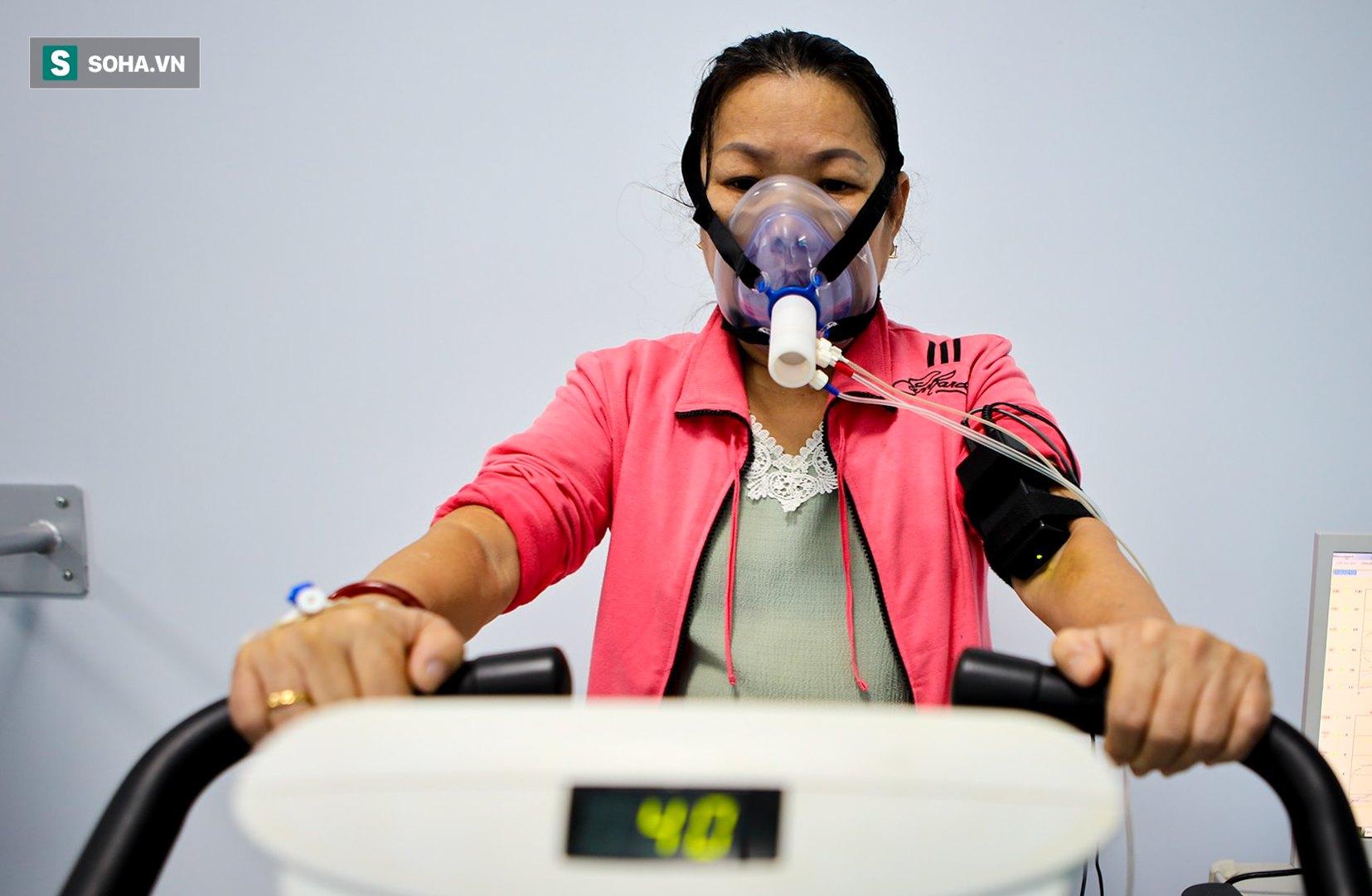 Lớp tập cai máy thở, tập đi và sự hồi phục kỳ diệu của những bệnh nhân mắc Covid-19 nặng - Ảnh 11.