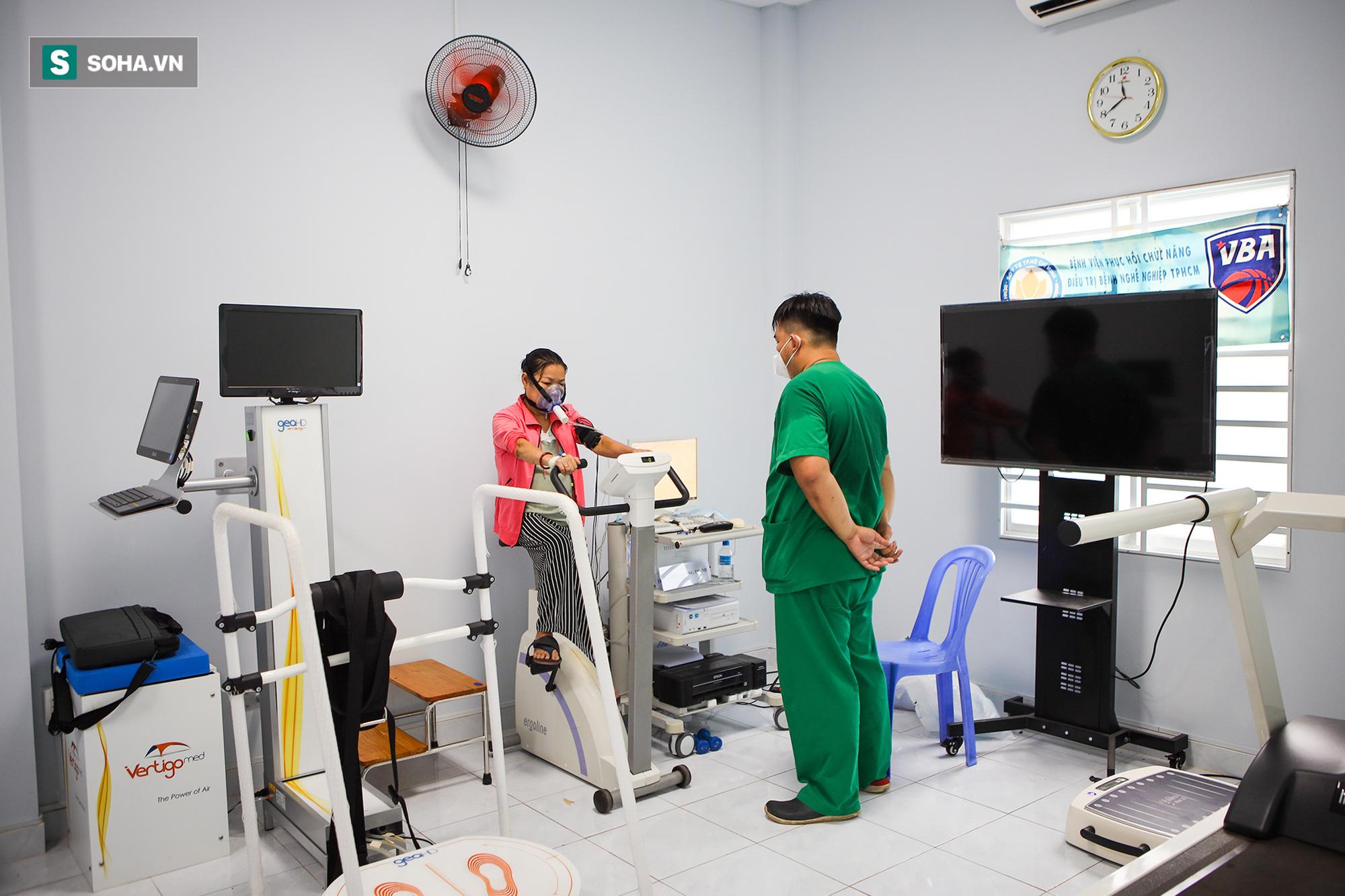 Lớp tập cai máy thở, tập đi và sự hồi phục kỳ diệu của những bệnh nhân mắc Covid-19 nặng - Ảnh 10.