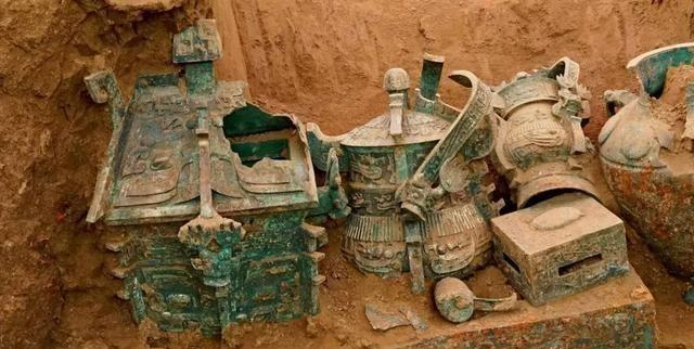 Cả gan nếm chất lỏng đỏ tanh nồng trong mộ cổ, anh nông dân suýt mất mạng oan: Dân làng lập tức báo cảnh sát - Ảnh 1.