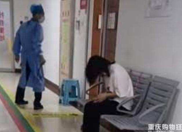 Bà mẹ khóc lóc cầu xin bác sĩ cứu con, nguyên nhân đứa trẻ nhập viện khiến ai nấy phẫn nộ - Ảnh 1.
