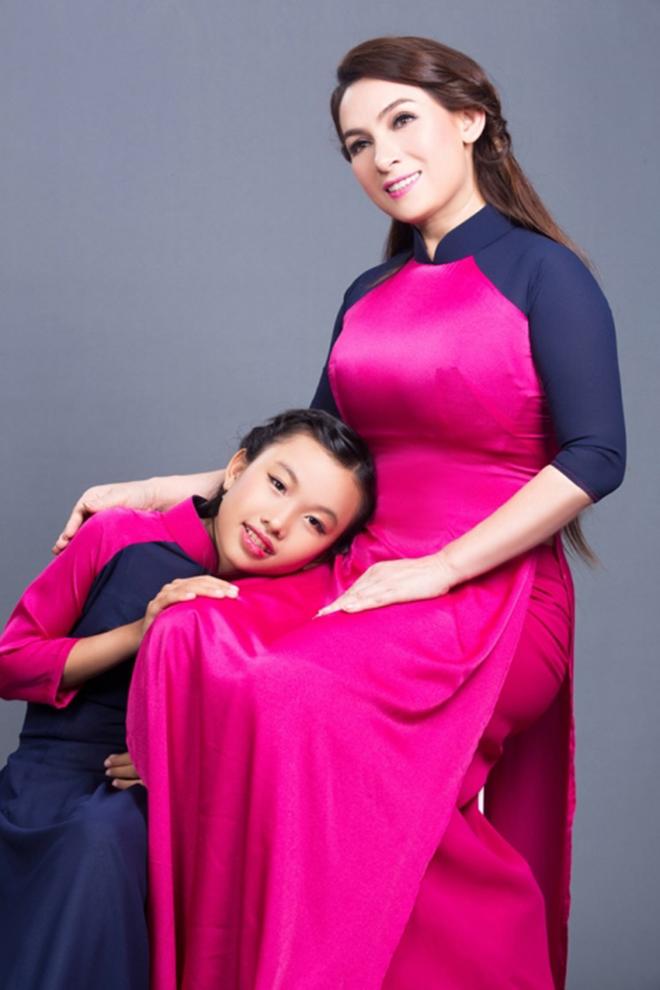 Con gái Phi Nhung: Con sẽ cố gắng không khóc đến khi mẹ trở về nhà - Ảnh 1.