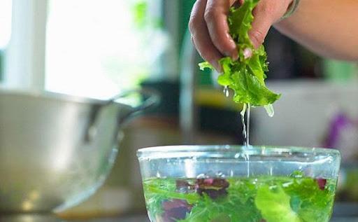 Ngâm rau củ với nước muối để loại bỏ hóa chất, chuyên gia khuyên gì? - Ảnh 1.