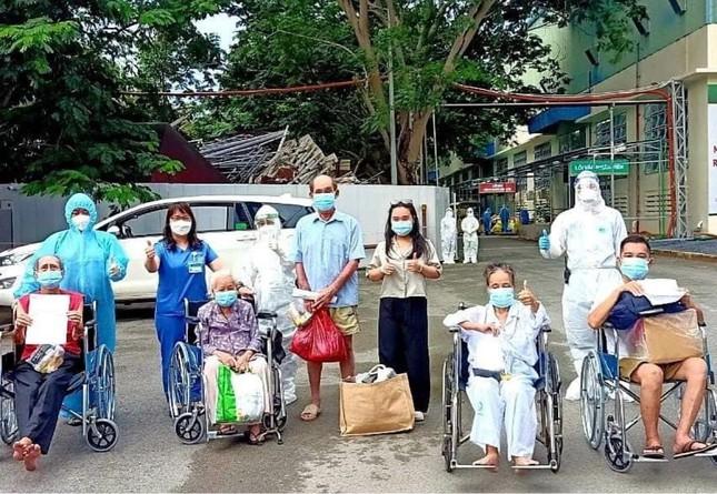Bệnh nhân cao tuổi nhất Trung tâm Hồi sức COVID-19 TPHCM chiến thắng tử thần - Ảnh 1.