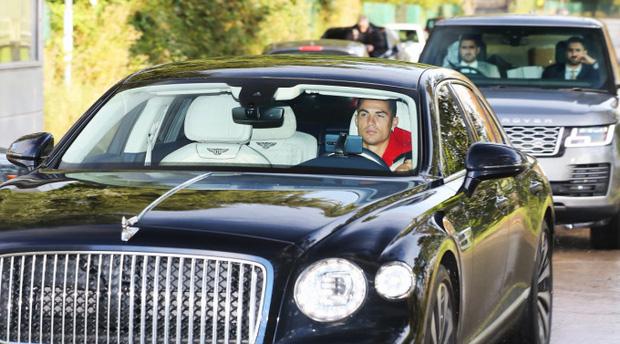 Điểm bất thường trong bức ảnh Ronaldo được 2 vệ sĩ hộ tống - Ảnh 1.
