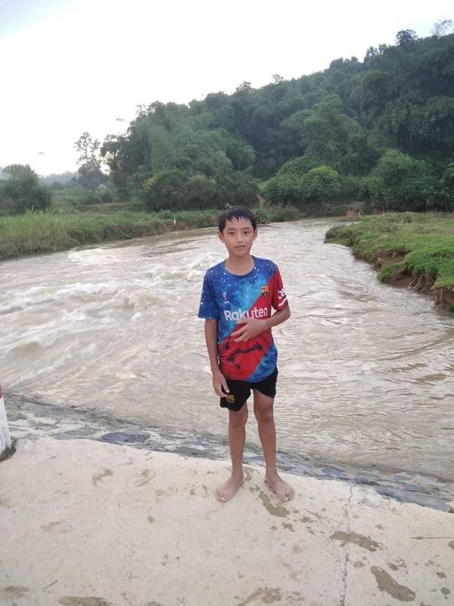 Nam sinh lớp 7 lao xuống dòng nước xiết cứu bé gái 9 tuổi đang chới với - Ảnh 1.