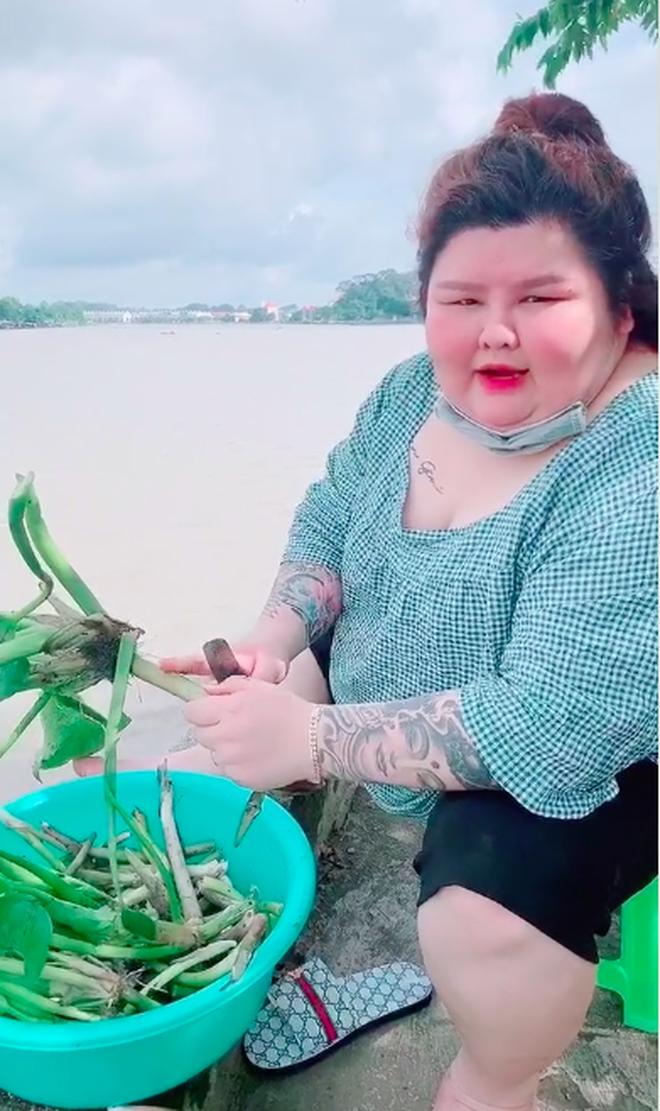 Hái một loại cây trên sông làm thực phẩm, cô gái khiến dân mạng ngỡ ngàng: Vậy mà đó giờ cứ nghĩ chẳng ai ăn? - Ảnh 3.