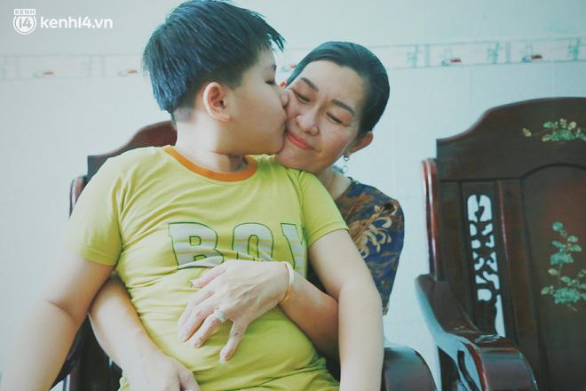 Ba mất sau khi nhiễm Covid-19, bé trai 8 tuổi xin mẹ đi tìm cây đèn thần để giúp ba hồi sinh - Ảnh 12.