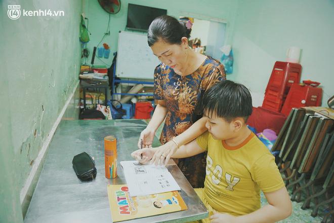 Ba mất sau khi nhiễm Covid-19, bé trai 8 tuổi xin mẹ đi tìm cây đèn thần để giúp ba hồi sinh - Ảnh 3.