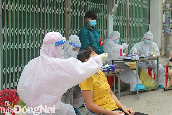 Vừa gỡ phong tỏa sau 5 ngày, phát hiện 50 ca nhiễm Covid-19 mới trong một phường - Ảnh 1.