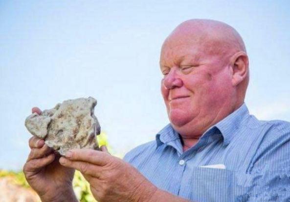 Mang về hòn đá nặng mùi khiến cả nhà khó chịu, mày mò nghiên cứu, ông lão không ngờ thứ này lại có thể giúp ông đổi đời - Ảnh 2.