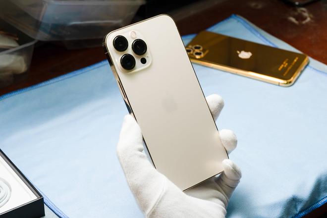 Hình ảnh mổ bụng chiếc iPhone 13 Pro Max đầu tiên tại Việt Nam, bên trong chiếc smartphone xịn xò này có gì? - Ảnh 1.