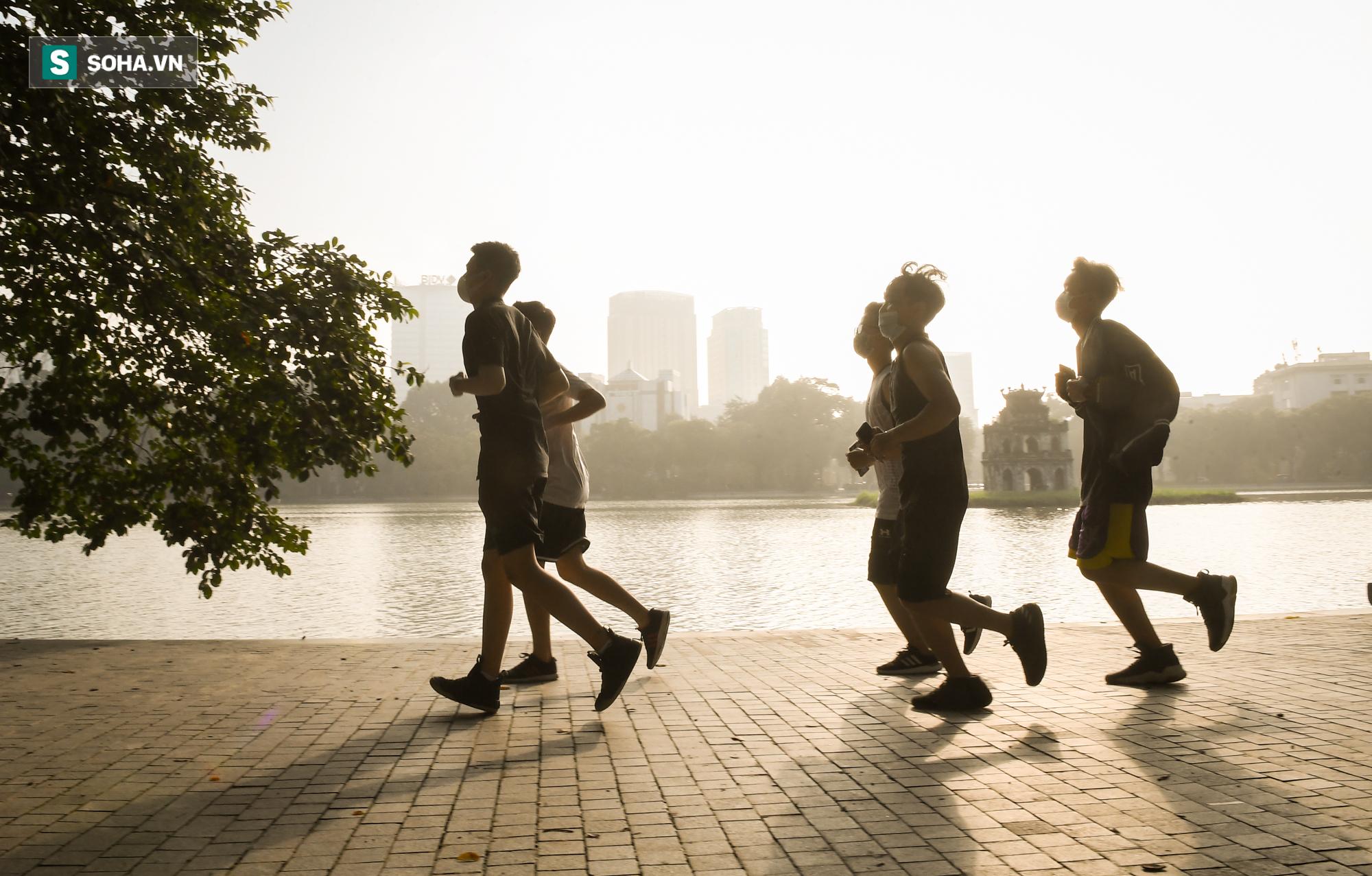 Người dân Hà Nội nô nức đổ ra đường tập thể dục - Ảnh 11.