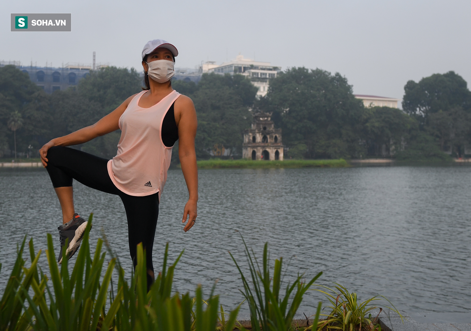 Người dân Hà Nội nô nức đổ ra đường tập thể dục - Ảnh 4.