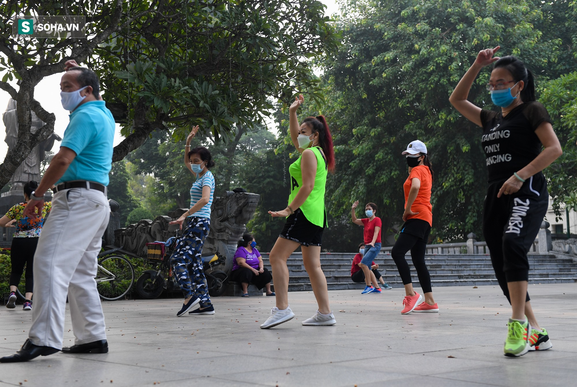 Người dân Hà Nội nô nức đổ ra đường tập thể dục - Ảnh 3.