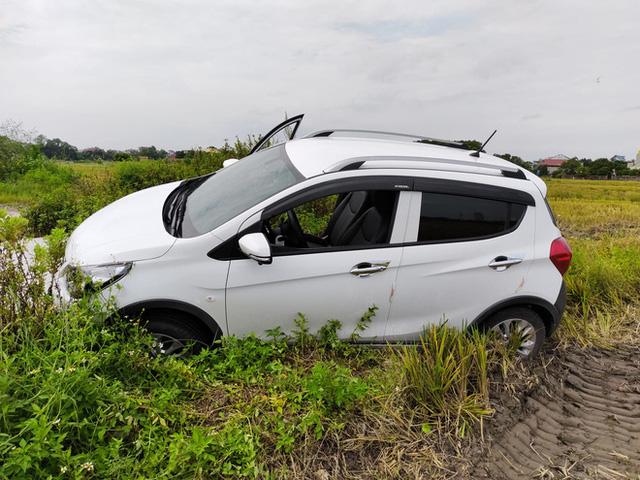 Vợ tập lái lùi thẳng VinFast Fadil xuống ruộng, chủ xe khen khung gầm, khắc phục hậu quả chỉ mất 300.000 đồng - Ảnh 1.