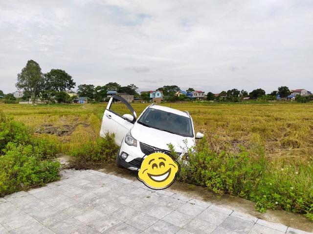 Vợ tập lái lùi thẳng VinFast Fadil xuống ruộng, chủ xe khen khung gầm, khắc phục hậu quả chỉ mất 300.000 đồng - Ảnh 2.