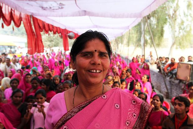 Gulabi Gang - Băng đảng màu hồng của chị em Ấn Độ chuyên đi diệt trừ yêu râu xanh, vũ phu và gia trưởng - Ảnh 1.