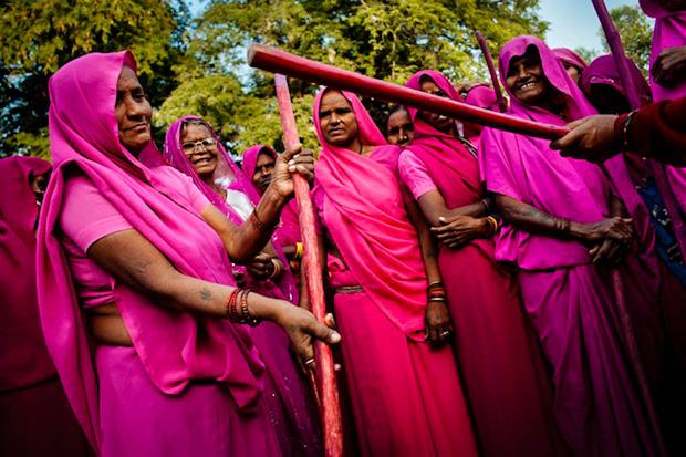 Gulabi Gang - Băng đảng màu hồng của chị em Ấn Độ chuyên đi diệt trừ yêu râu xanh, vũ phu và gia trưởng - Ảnh 2.