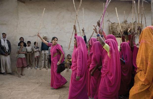 Gulabi Gang - Băng đảng màu hồng của chị em Ấn Độ chuyên đi diệt trừ yêu râu xanh, vũ phu và gia trưởng - Ảnh 3.