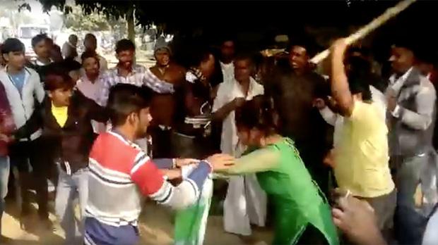 Gulabi Gang - Băng đảng màu hồng của chị em Ấn Độ chuyên đi diệt trừ yêu râu xanh, vũ phu và gia trưởng - Ảnh 4.