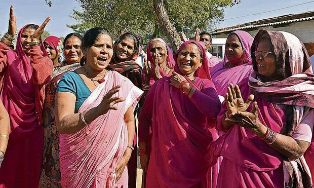 Gulabi Gang - Băng đảng màu hồng của chị em Ấn Độ chuyên đi diệt trừ yêu râu xanh, vũ phu và gia trưởng - Ảnh 6.