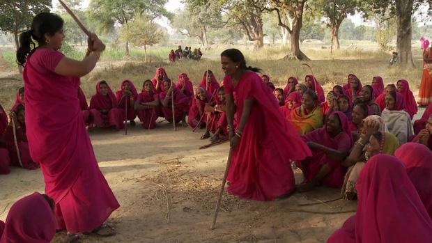 Gulabi Gang - Băng đảng màu hồng của chị em Ấn Độ chuyên đi diệt trừ yêu râu xanh, vũ phu và gia trưởng - Ảnh 7.