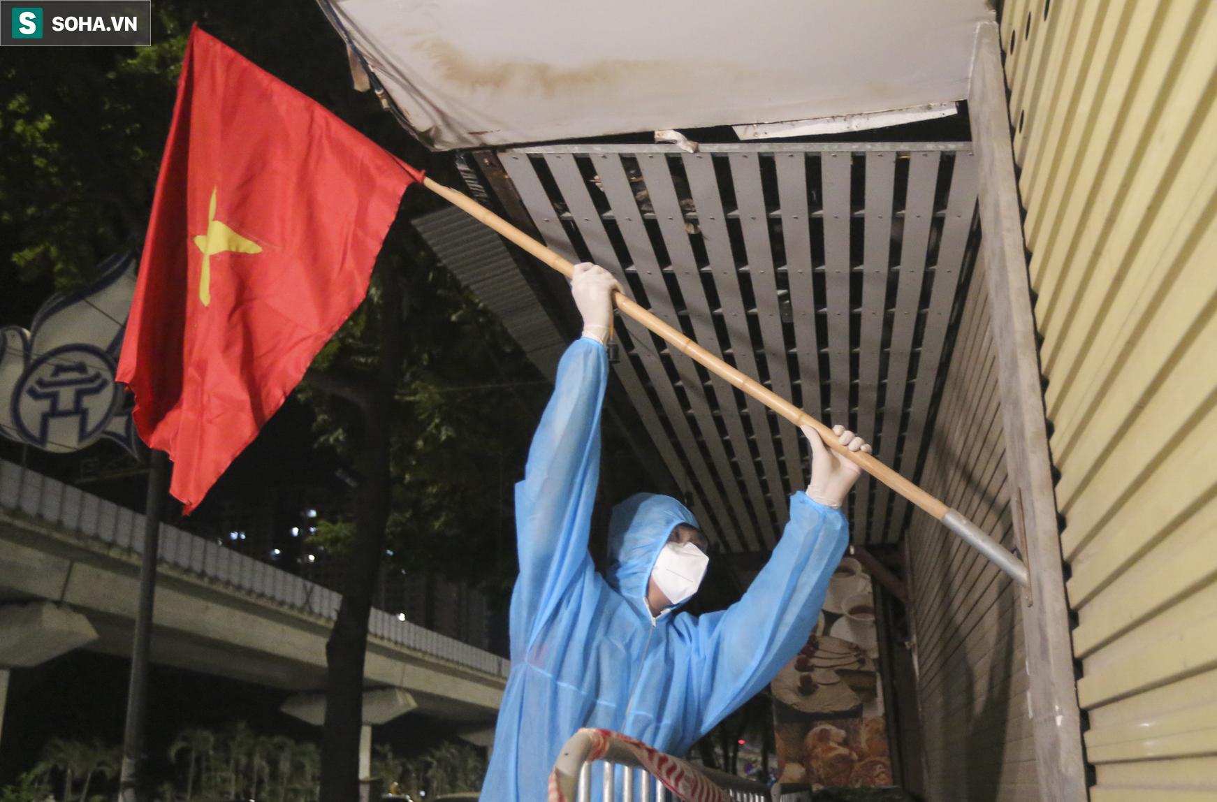Hà Nội: Dỡ phong toả ổ dịch Thanh Xuân Trung, nhân viên y tế vui mừng bật khóc nức nở - Ảnh 8.