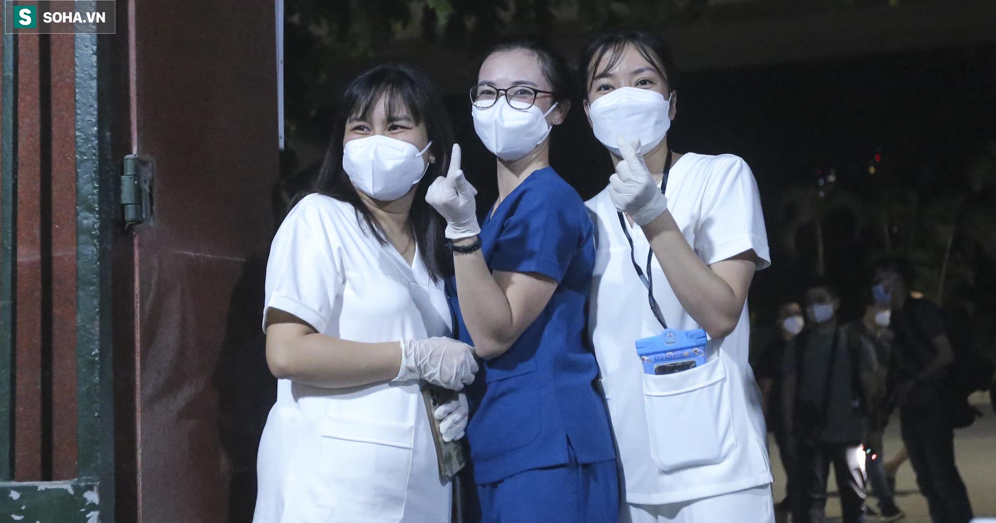 Hà Nội: Dỡ phong toả ổ dịch Thanh Xuân Trung, nhân viên y tế vui mừng bật khóc nức nở - Ảnh 3.