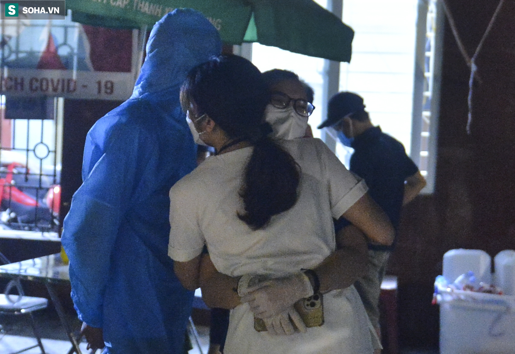 Hà Nội: Dỡ phong toả ổ dịch Thanh Xuân Trung, nhân viên y tế vui mừng bật khóc nức nở - Ảnh 9.