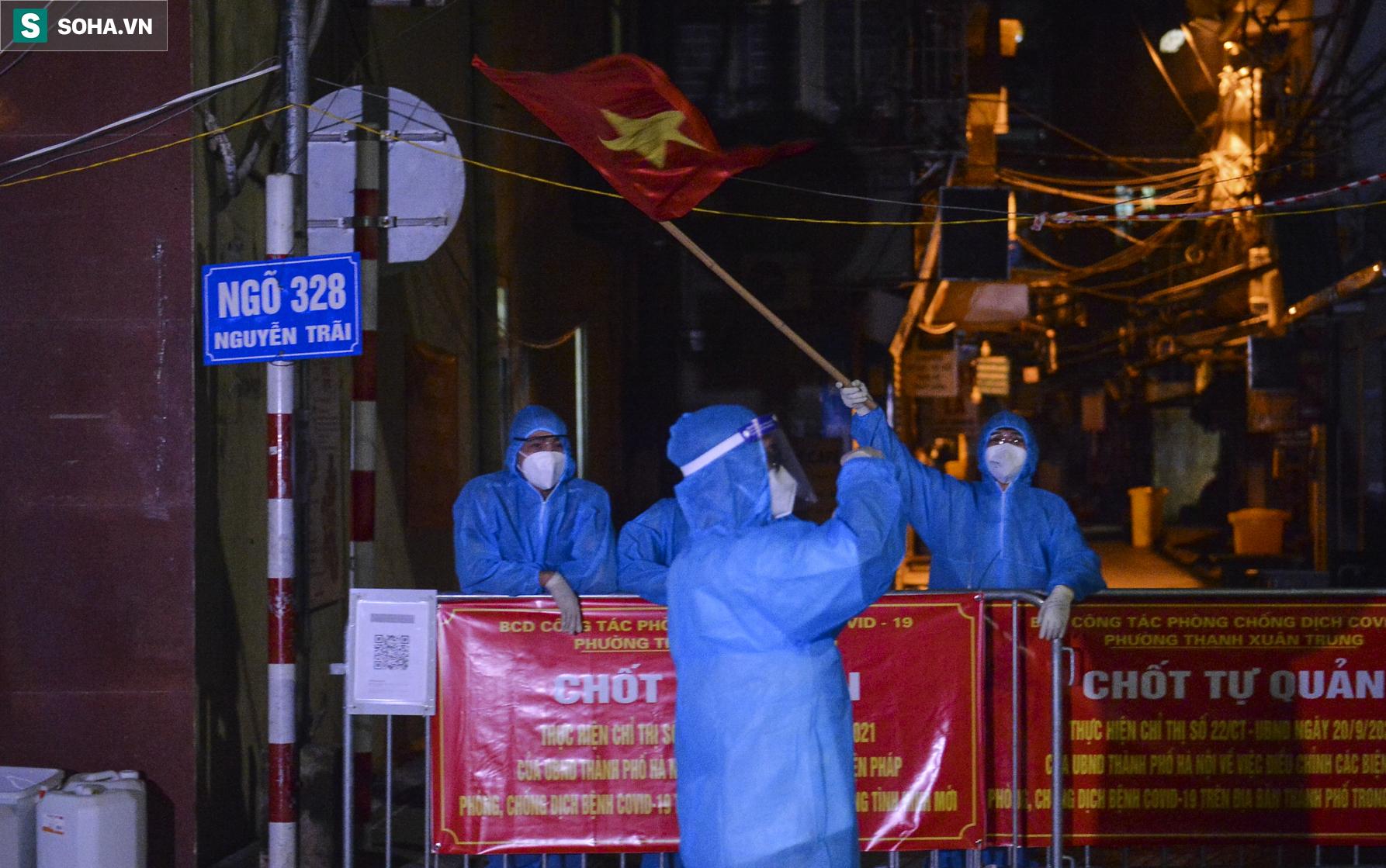 Hà Nội: Dỡ phong toả ổ dịch Thanh Xuân Trung, nhân viên y tế vui mừng bật khóc nức nở - Ảnh 2.
