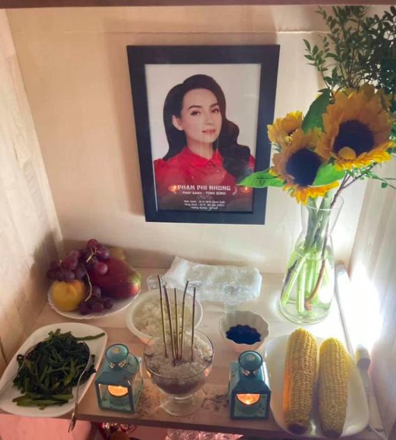 Em ruột Phi Nhung lập bàn thờ và chịu tang ở Mỹ: Cắt khăn tang cho chị mà như cắt từng đoạn gan em - Ảnh 2.
