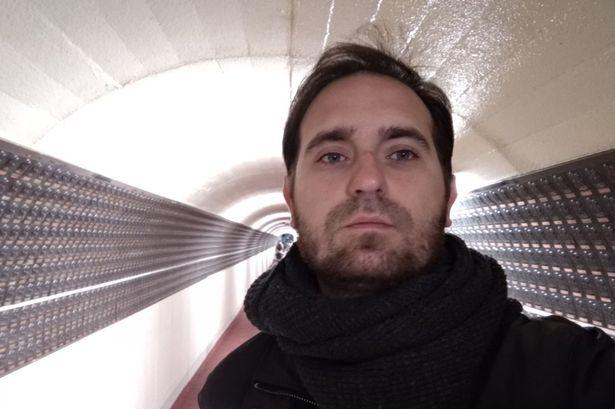 Anh chàng chụp tấm ảnh ở bến xe buýt, chẳng ngờ có 1 chi tiết khiến ai xem cũng lạnh sống lưng - Ảnh 1.