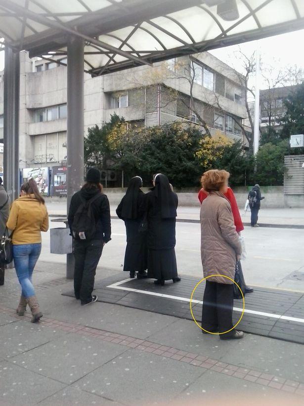 Anh chàng chụp tấm ảnh ở bến xe buýt, chẳng ngờ có 1 chi tiết khiến ai xem cũng lạnh sống lưng - Ảnh 2.